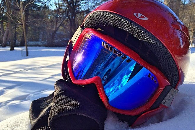 Lyžařská helma a brýle dnes již patří mezi základní vybavení lyžaře
