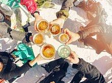 Alkohol na lyžích se může prodražit hlavně v případě nehody. Zpravidla ale zakázaný není